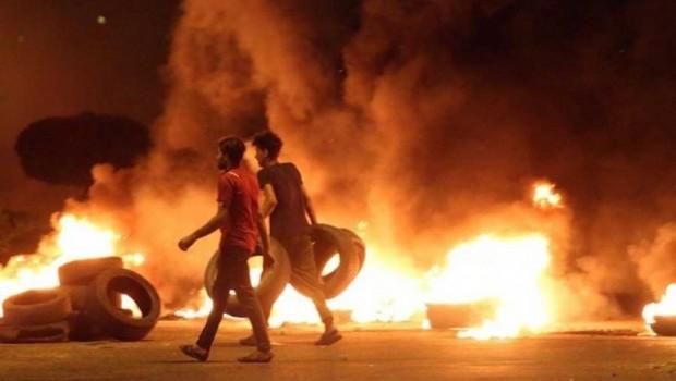 Basra'da Şii parti binaları ateşe verildi... Protestolar şiddetleniyor!