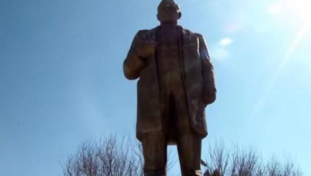 İmamlar topladıkları parayla Lenin heykelini restore ettirdi