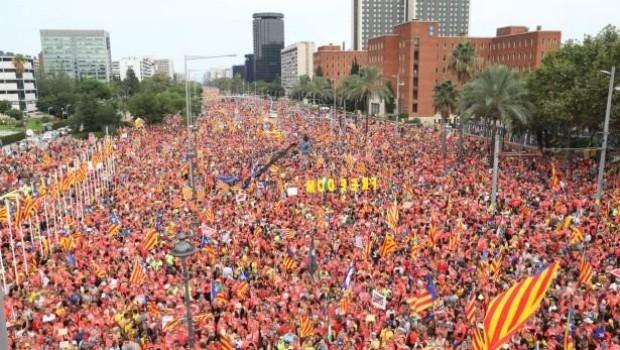 Katalonya'da 'özgürlük' sesleri dinmiyor.. Tam 1 milyon kişi!