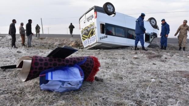 Kars'ta öğrenci servisi devrildi: 13 yaralı