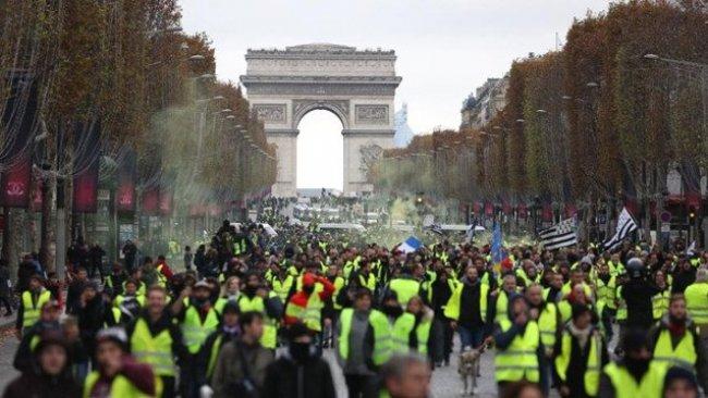 Macron'dan geri adım: Zam askıya alınacak!