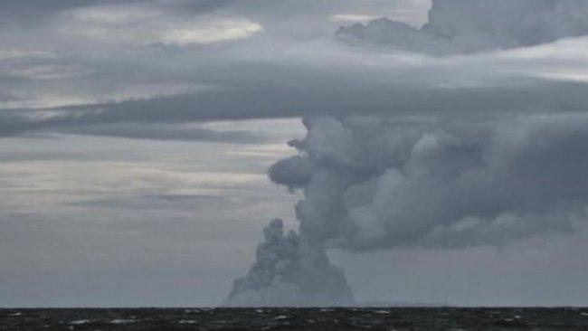 Endonezya'da yanardağın üçte ikisi sulara gömüldü