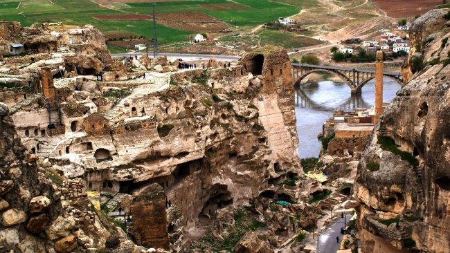Hasankeyf'in tarihi kale duvarları betonla kaplanıyor
