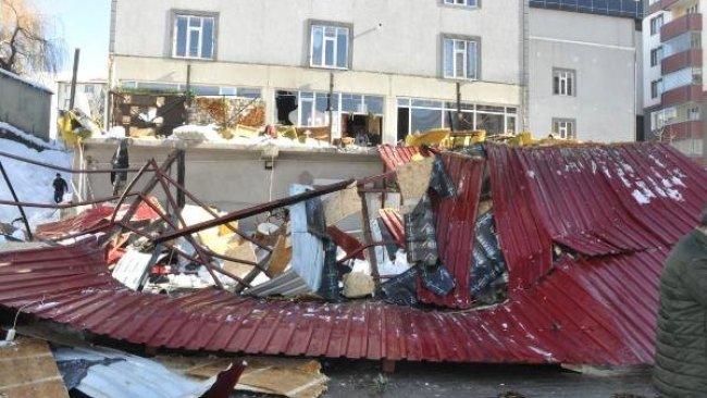 Bitlis'te çatıdan düşen kar kafeyi çökertti: 1 ölü 7 yaralı