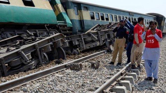 Pakistan'da yolcu trenine bombalı saldırı