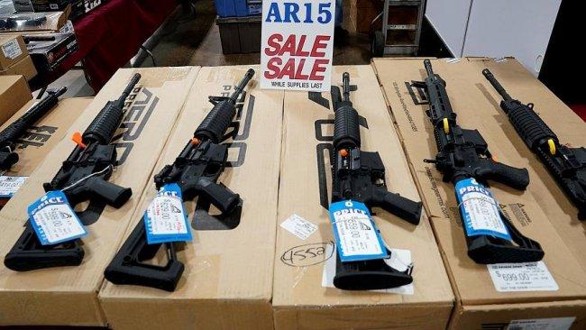 Yeni Zelandalılar silahlarını polise teslim ediyor