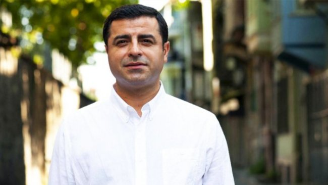 Demirtaş'a ödül vermeye gelen Fransız avukatlar Türkiye'ye alınmadı