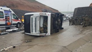 Askeri araç devrildi: 1 ölü, 20 yaralı