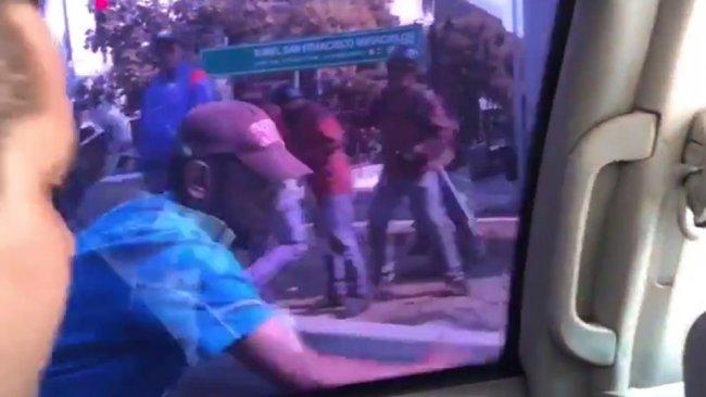 Venezuela'da Guaido'nun konvoyuna saldırı