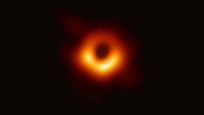 İşte 'çığır açan gizem': İlk kara delik fotoğrafı yayınlandı