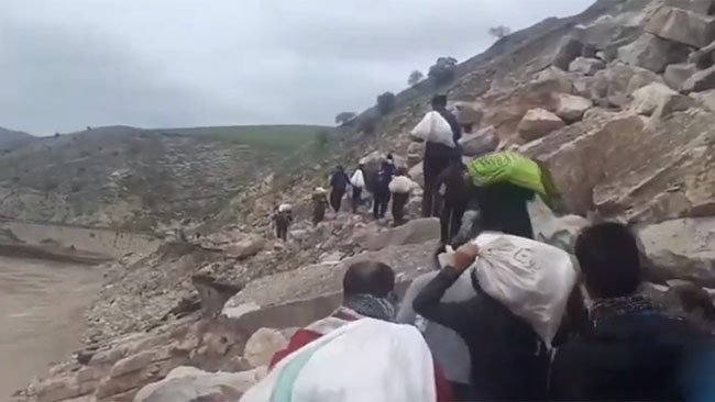 İran yardım yapmıyor... Kürt aktivistler Loristan'a yardımları sırtlarında taşıyor