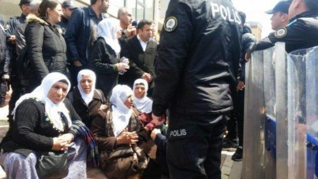 Tutuklu aileleri yine darp edildi