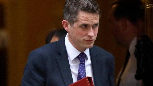 İngiliz Savunma Bakanı 'bilgi sızdırma' gerekçesiyle görevden alındı