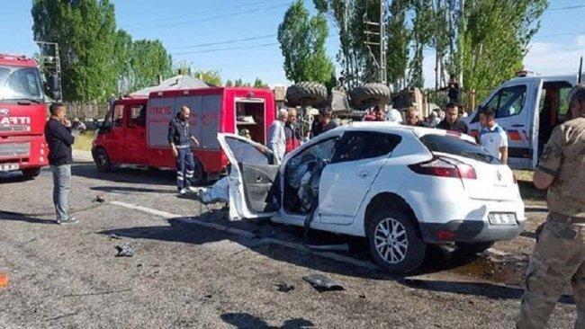 Van'da otomobille iş makinesi çarpıştı: 3 ölü, 6 yaralı