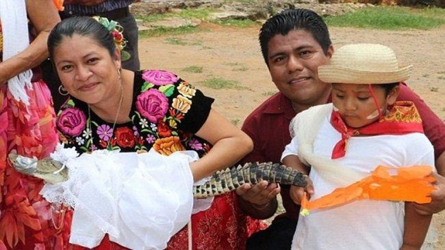 Belediye başkanı timsahla evlendi