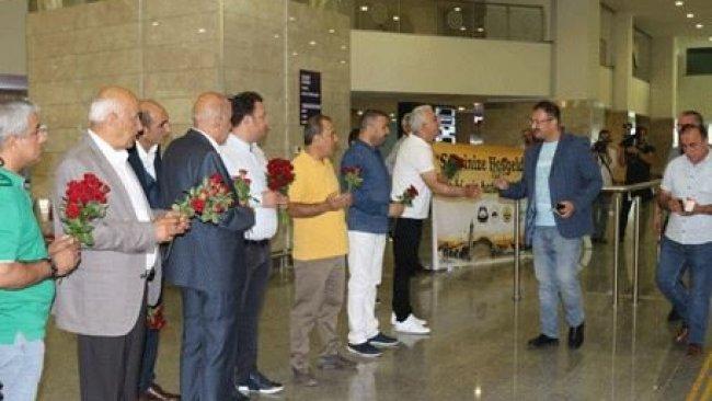 Diyarbakır'da Kürdistan vatandaşlarına karanfilli karşılama