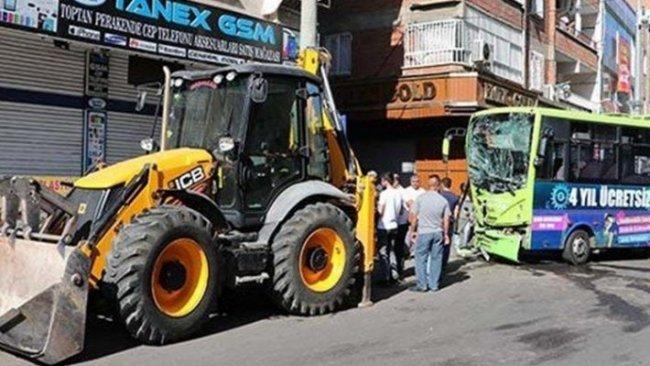 Diyarbakır'da korkunç kaza...İş makinesiyle halk otobüsü çarpıştı