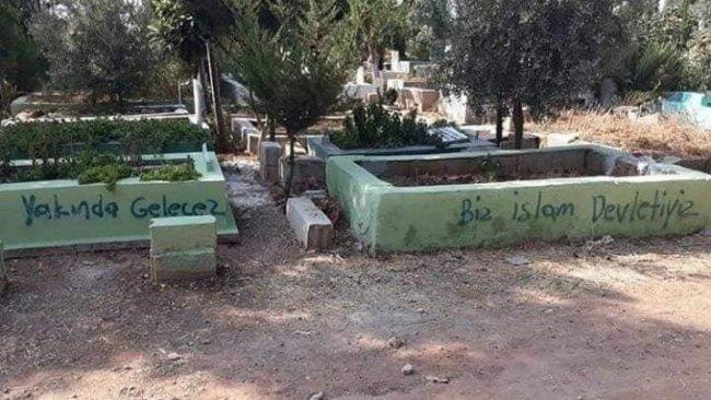 100'ün üzerinde mezarı tahrip ettiler...'Biz İslam Devletiyiz!' yazdılar