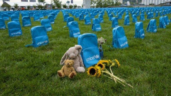 UNICEF'den 3 bin 758 okul çantasıyla temsili mezarlık