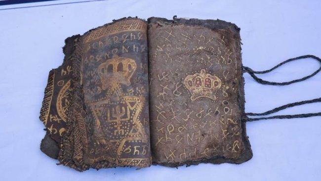 Diyarbakır'da 800 yıllık altın işlemeli İncil ele geçirildi