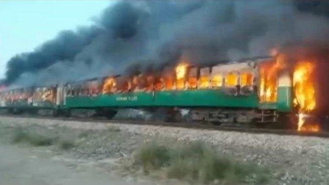 Pakistan'da trende facia: en az 73 ölü, 40 yaralı