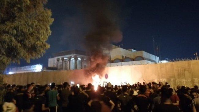 Iraklı gösteriler Kerbela'daki İran konsolosluğunu yaktı
