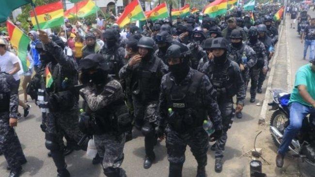 Bolivya'da hükümet karşıtı gösterilerde polisler de eylemcilerin safına geçti