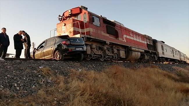 Elazığ'da tren otomobile çarptı: 2 kişi hayatını kaybetti