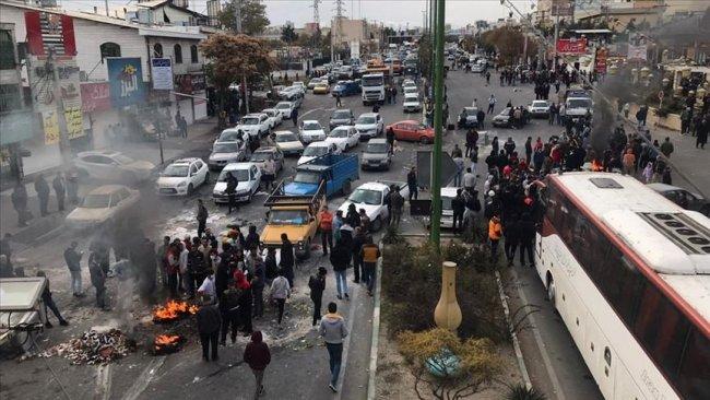 İran'da göstericiler Tahran'ın giriş-çıkış yollarını kapattı
