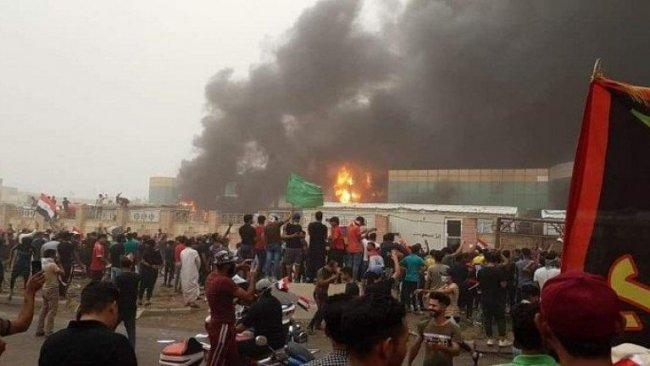 Irak'ta göstericiler parti binalarını ateşe verdi