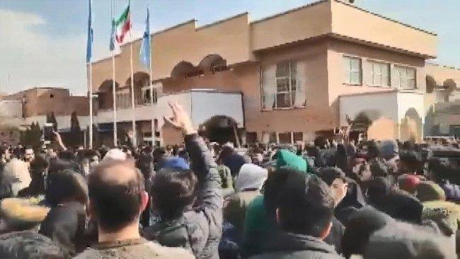 İran'da dikkat çeken görüntüler: Hamaney'in posteri yırtıldı