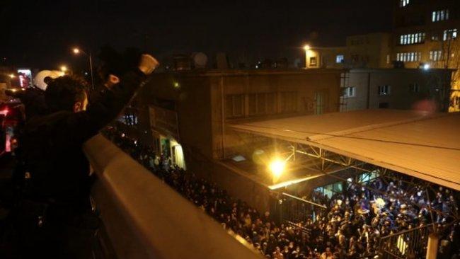 İran'da göstericiler, Ruhani istifa diyerek Süleymani'nin posterlerini yırttılar