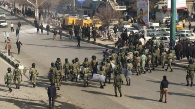 İran Devrim Muhafızları protestoculara karşı sokağa indi