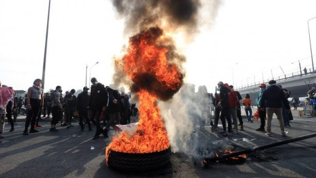 Irak'ta göstericiler Kasım Süleymani'nin afişlerini yaktı