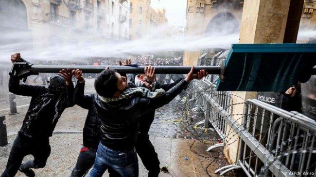 Lübnan'da protesto gösterilerinde 400'e yakın yaralı