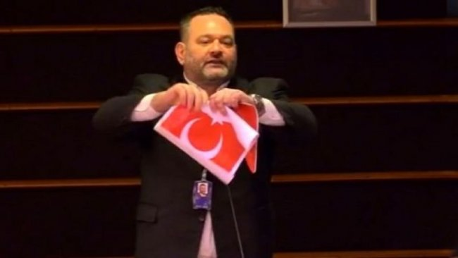 Yunan vekil Türk bayrağını yırttı, ilk tepki Çavuşoğlu'ndan geldi