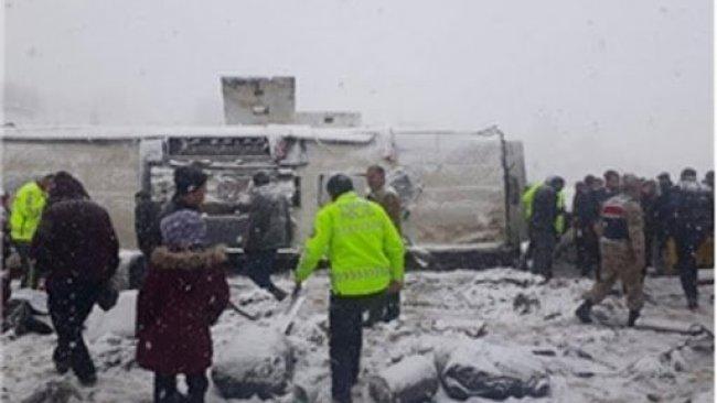 Erzincan'da otobüs şarampole devrildi: 46 yaralı