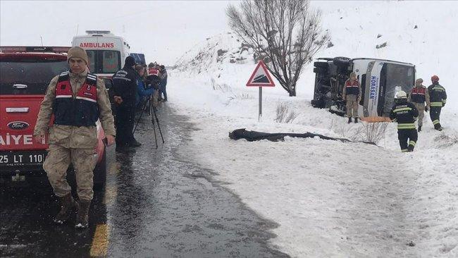 Erzurum'da yolcu midibüsü devrildi: Ölü ve yaralılar var