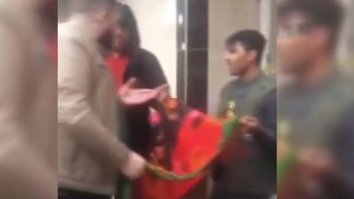 Boynuna taktığı Afganistan bayrağı PKK flaması sanılan gence saldırı