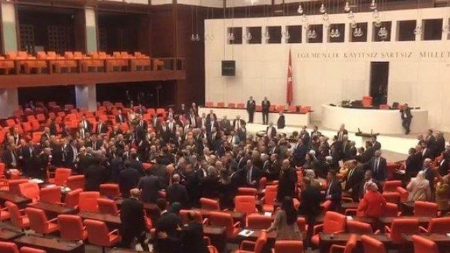 TBMM'de AK Parti ve CHP vekilleri arasında kavga