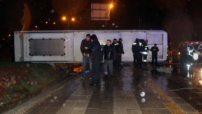 Antep'te otobüs iki otomobile çarparak devrildi: 20 yaralı