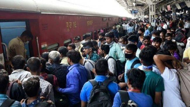 Hindistan'da koronavirüs göçü: Onbinlerce kişi trenlere akın etti