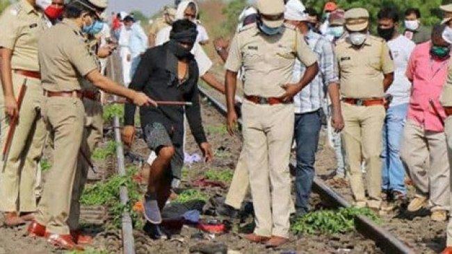 Raylarda uyuyakalan işçilerin üstünden yük treni geçti: 16 ölü