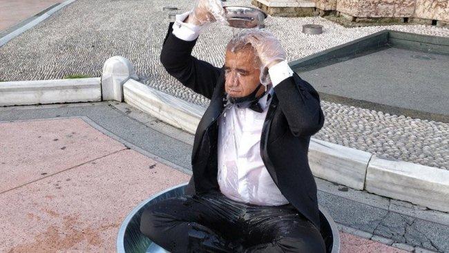Sanatçı Aydın Aydın, Taksim'de su israfına dikkat çekmek için leğende yıkandı