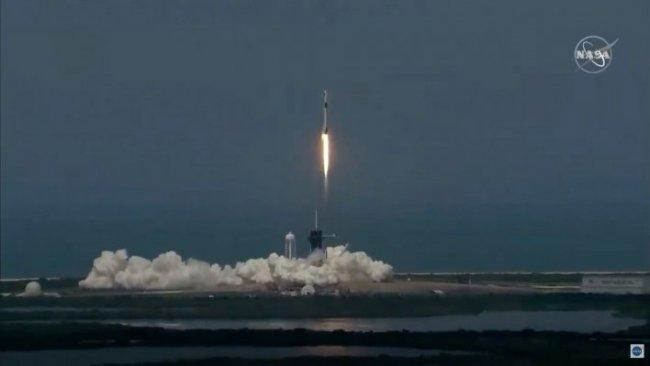 SpaceX'in ilk insanlı uzay mekiği başarıyla fırlatıldı
