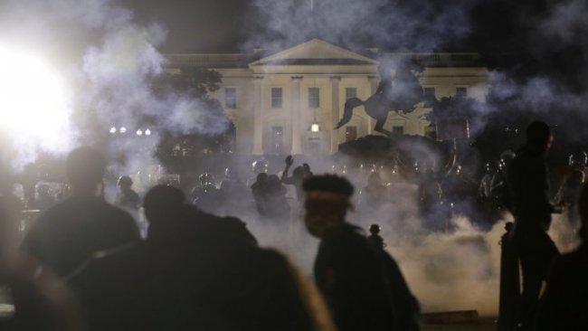 Beyaz Saray'ın önünde çatışma
