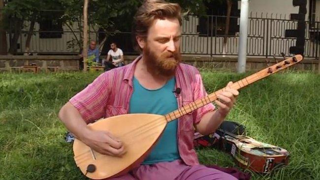 Amerikalı turist, dünyayı gezerek Kürtçe şarkılar seslendiriyor