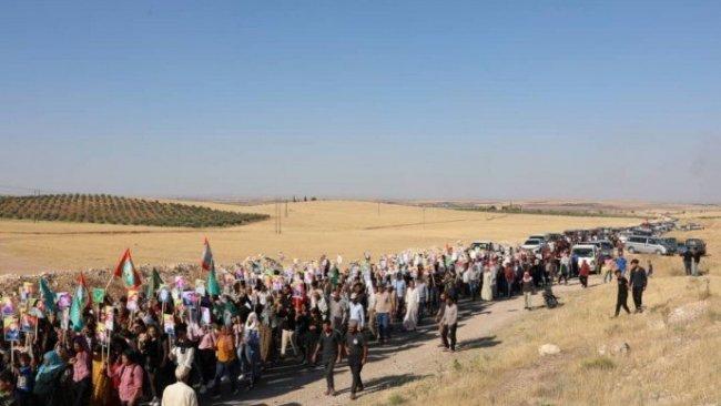 Kobane'de Rus üssüne protesto yürüyüşü
