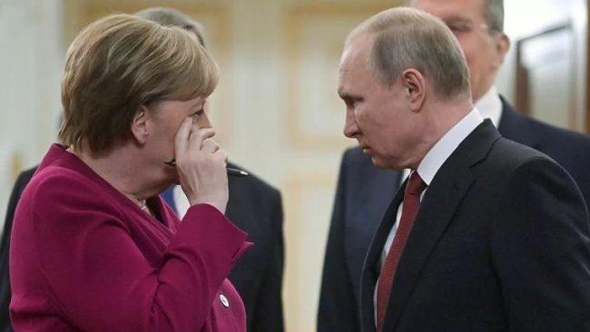 Putin'den Merkel'e 'müdahale kabul edilemez' mesajı