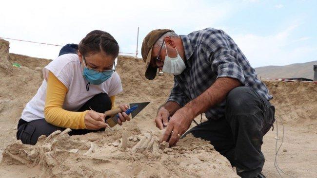 Van'da Urartulara ait nekropolde takılarıyla birlikte bir bebek iskeleti ortaya çıkarıldı